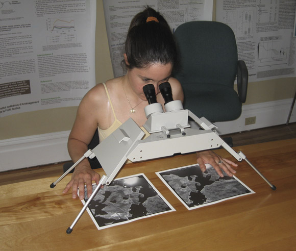 Photo of Édith Bégin using a stereoscope